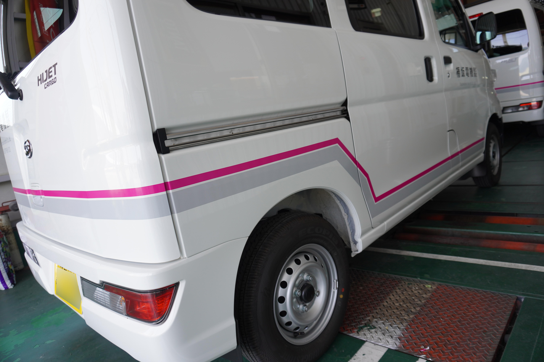 【ラインで車両をラッピング】会社のイメージカラーを使ったデザインです。シンプルですが飽きないcoolな車両に仕上がりました。