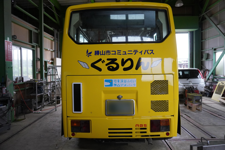 市内をまわるぐるりんバスをラッピング!車体が黄色なのでなお目立ちます。