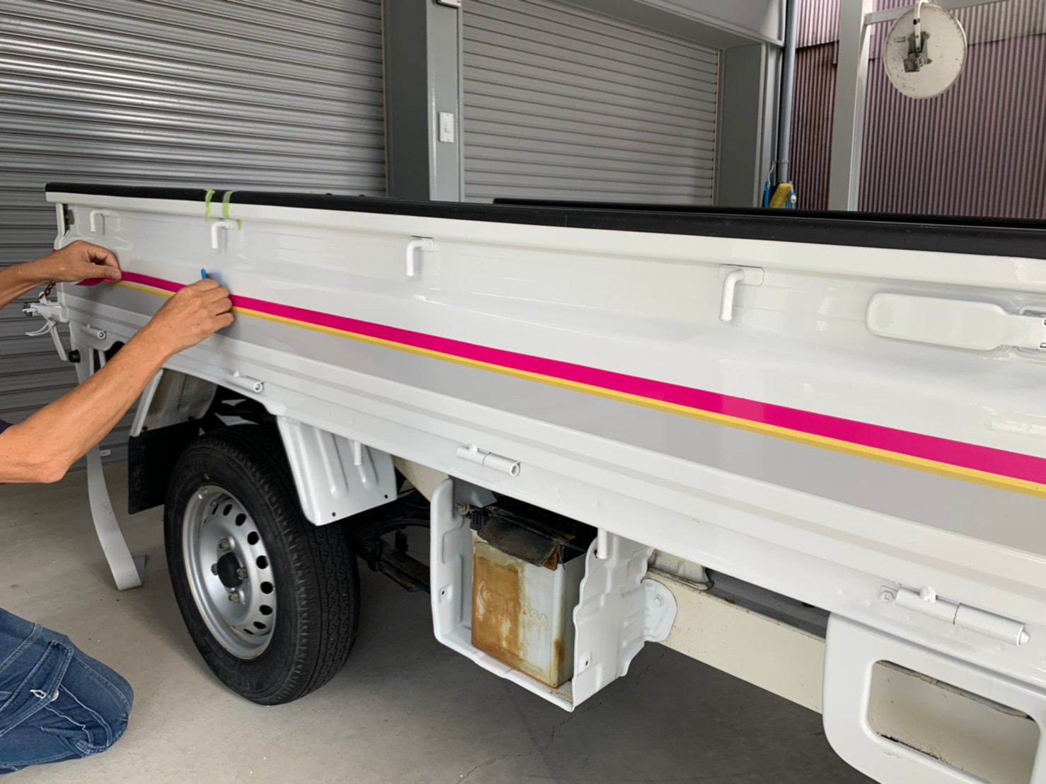 ハイゼットトラックを社用車仕様にラッピング。他車両とデザインをそろえ、統一感を出します。